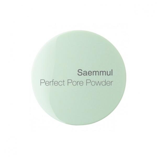 The Saem Saemmul Perfect Pore PowderДля жирной кожи прекрасным решением станет Saemmul Perfect Pore Powder &amp;ndash; специальная пудра от The Saem. Ее мельчайшие частички обеспечат идеальное покрытие и матирующий эффект, скрывая при этом расширенные поры и другие мешающие быть красивой несовершенства.<br><br>Но это средство не только декоративное, оно еще и обеспечивает ежедневный уход. Особенность пудры в том, что в ее составе присутствуют природные компоненты, которые и помогают поддержать здоровый баланс влаги в коже, а также подсушить прыщики и справиться с излишней жирностью.<br><br>Так, экстракт листьев чая &amp;ndash; это эффективное обеззараживающее средство. Оно позволяет достаточно быстро привести кожу в порядок &amp;ndash; избавить ее от несовершенств. Розовая вода &amp;ndash; увлажняющий и омолаживающий компонент. Она также смягчает, как и масло камелии, также вошедшее в состав косметической формулы пудры.<br><br>Средство обогащено мельчайшими частичками минералов, абсорбирующими излишнюю жирность, а также отражающими свет. Именно поэтому ваша кожа приобретет здоровое естественное сияние.<br><br>&amp;nbsp;<br><br>Объём: 5 г<br><br>&amp;nbsp;<br><br>Способ применения:<br><br>Наносите пудру на лицо после прочих тональных средств. Используйте косметическую подушечку.<br>