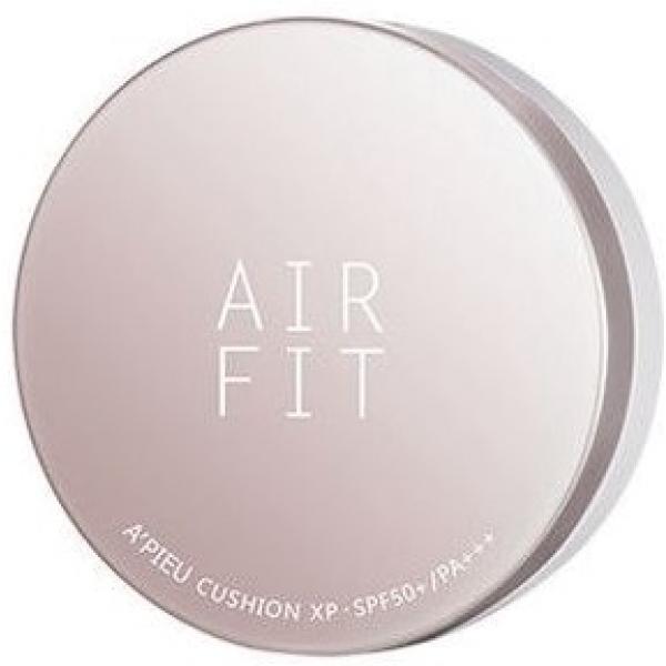 APieu Air Fit Cushion XP SPFPAЛегкая матовая текстура Air Fit Cushion XP безупречно ложится на кожу, скрывая ее недостатки: покраснения, пигментацию, неровности, высыпания, неровный цвет лица. Она не забивает поры и выступает в качестве прекрасной основы под румяна и бронзаторы.<br><br>Из преимуществ кушона от A&amp;#39;Pieu наиболее выделяются следующие:<br><br><br>стойкость;<br>экономичность;<br>создание эффекта фотошопа;<br>SPF защита;<br>ухаживающий состав;<br>привлекательный дизайн;<br>удобный формат и приятный спонж.<br><br><br>Кушон не плывет&amp;nbsp;на протяжении не менее 8 часов. Он улучшает внешний вид кожи даже с крупными и глубокими порами.<br><br>Несмотря на то, что во флаконе всего 14 гр средства, его расход очень экономичен благодаря удачной комплектации упаковки. Спонж для нанесения обладает особой структурой, напоминающей известный бьютиблендер. Его плотные поры практически не впитывают кушон, а лишь распределяют его тонким слоем по коже.<br><br>Отделение со спонжем, пропитанным кушоном, надежно защищено от протекания пленкой и дополнительной откидывающейся крышечкой. Сама баночка очень удобная и приятная на ощупь. Она легко помещается в руке и не выскальзывает из нее благодаря матовой нижней части.<br><br>SPF50+/PA+++ защищает эпидермис и дерму от агрессивных солнечных лучей, предохраняя кожные покровы от обезвоживания, фотостарения и ожога. В составе средства также содержится комплекс растительных экстрактов, витамин B5 и растительный белок. Они оказывают комплексное положительное воздействие на здоровье кожи и улучшают ее внешний вид.<br><br>&amp;nbsp;<br><br>Объём: 14 гр<br><br>&amp;nbsp;<br><br>Способ применения:<br><br>Тонким слоем распределить по лицу и шее кушон, при необходимости очистить внутренние элементы флакона, вымыть спонж.<br>