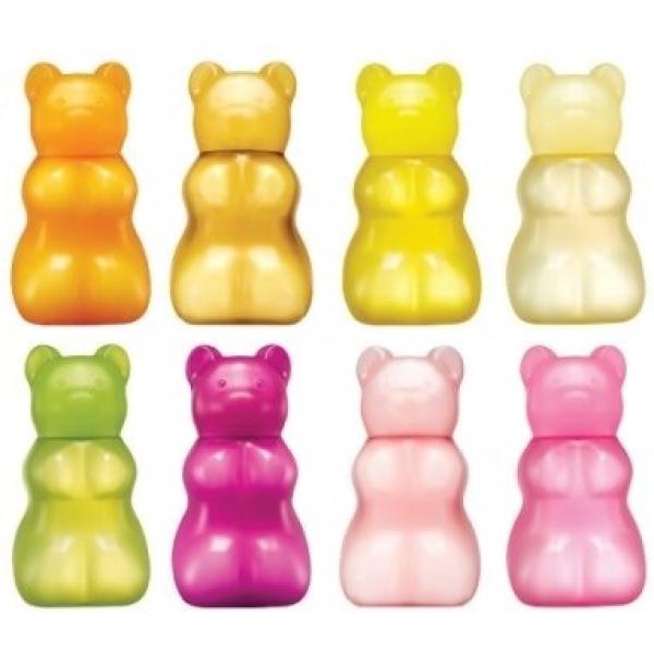 Skinfood Gummy Bear Jelly Hand GelГель для рук Gummy Bear от Skinfood привлекает внимание благодаря оригинальному дизайну упаковки: тюбик выполнен в виде ярких мармеладных мишек из материала похожего на мягкую резину. Мишка наполнен прозрачным увлажняющим гелем приятной густой консистенции до уровня головы, которая играет роль крышки.<br><br>Гель невероятно вкусно пахнет и поэтому иногда приходится делать над собой усилие, чтобы не попробовать мармеладку на вкус.<br><br>Средство доступно в пяти вариантах, которые отличаются цветом, запахом и добавлением экстрактов фруктов и ягод:<br><br><br>Апельсин &amp;minus; яркий оранжевый цвет и тонизирующее действие;<br>Киви &amp;minus; зеленый медведь с легким подтягивающим эффектом;<br>Малина &amp;minus; нежный розовый оттенок, отбеливание кожи;<br>Яблоко &amp;minus; бледно-желтый тюбик, защита от свободных радикалов;<br>Ананас &amp;minus; характерный для плода желтый цвет, усиление регенерации.<br><br><br>&amp;nbsp;<br><br>Объём: 45 мл<br><br>&amp;nbsp;<br><br>Способ применения:<br><br>Выдавить немного геля и распределить по коже кистей рук.<br>