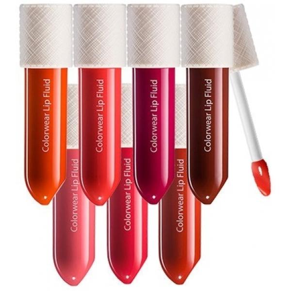 The Saem Colorwear Lip FluidФлюид для губ Colorwear Lip Fluid &amp;ndash; продукт от компании The Saem, представленный в линейке из 10 ярких оттенков. Это темные цвета More Red, Warm Cocoa, Naked Coral, красные Propose Red, Love Fever, морковный Blush Coral, оранжевый Orange Locket и разные оттенки розового &amp;ndash; Cherry Pie, Lady Again, Wine Flavor.<br><br>Флюид Colorwear Lip Fluid представляет собой уникальное средство для губ, сочетающее в себе функции и блеска, и помады. Он имеет масляную текстуру и при этом еще обладает ярким насыщенным цветом. Благодаря такой текстуре губы излишне не сушатся. После нанесения продукта они становятся яркими, сочными и красиво блестят.<br><br>В составе флюида присутствует гиалуроновая кислота, которая способствует замедлению старения кожи губ и быстро заживляет все шелушения и трещинки. Миндальное масло питает и смягчает губы, а витамин Е защищает их от воздействия погоды, воспалений и сохраняет молодость. Благодаря присутствию в составе специальных полимеров губы визуально увеличиваются при нанесении флюида.<br><br>&amp;nbsp;<br><br>Объём: 3 г<br><br>&amp;nbsp;<br><br>Способ применения:<br><br>На предварительно очищенную кожу губ нанести флюид Colorwear Lip Fluid, используя специальный аппликатор.<br>