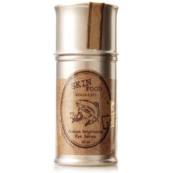 Skinfood Salmon Brightening Eye SerumЛучшее средство от следов усталости под глазами &amp;ndash; осветляющая сыворотка с арбутином и экстрактом лососевой икры. Она подходит даже девушкам с очень чувствительной и нежной кожей, которая плохо реагирует на средства плотной текстуры, как крем.<br><br>Арбутин &amp;ndash; растительный осветляющий компонент, который воздействует на клеточном уровне, угнетая синтез меланина. При регулярном применении пигментные пятна и темные круги осветляются и исчезают, а новая пигментация не появляется.<br><br>Лососевая икра &amp;ndash; природный концентрат питательных веществ, источник коллагена, эфиров жирных кислот, токоферола и белков для вашей кожи. Стимулирует процессы регенерации участков с повреждениями, воспалениями и гиперчувствительностью. Омега-3 в ее составе восстанавливают липидный комплекс, защищающий кожу от потери влаги и инфекционных агентов, укрепляют локальный иммунитет и препятствуют раздражениям.<br><br>&amp;nbsp;<br><br>Объём: 30 мл<br><br>&amp;nbsp;<br><br>Способ применения:<br><br>Сыворотку наносят на кожу периорбитальной области подушечками мизинцев, чтобы не растягивать и не оказывать лишнего давления на тонкую кожу. Когда она полностью впитается, можно наносить декоративную косметику, избегая средств с плотной и тяжелой текстурой.<br>