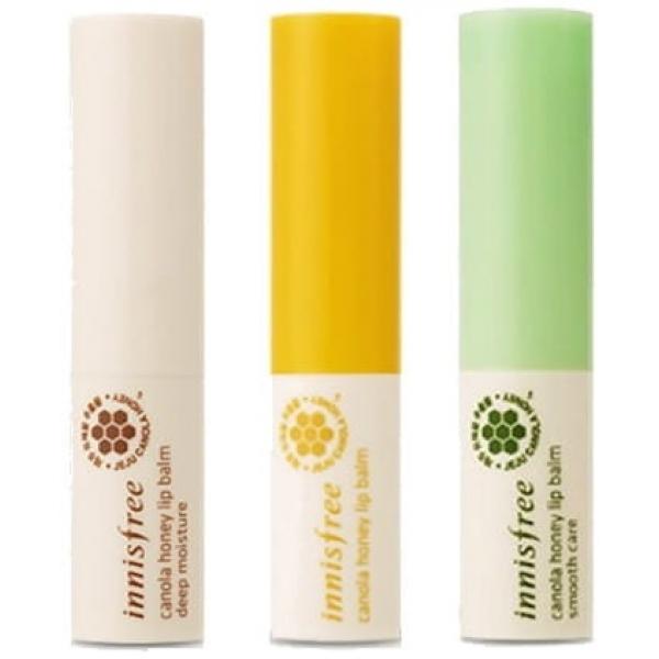 Бальзам для губ Innisfree Canola Honey Lip BalmКожа губ, так же, как и другие участки лица, нуждается в регулярном уходе, особенно в холодное время года. Специально для этого косметический бренд Innisfree создал ухаживающий стик Canola Honey Lip Balm.<br><br>Он представлен в компактной упаковке, имеет мягкую легкую текстуру и великолепный аромат. Стик подходит для использования в любую погоду. В холод он защитит от обветривания, сухости и шелушений, в жару &amp;ndash; от негативного воздействия солнца.<br><br>Lip Balm создан на основе экстракта меда. Именно он обеспечивает максимальное увлажнение губ и сохранение ими влаги на длительное время. Также главный ингредиент стика защищает от воспалений, трещинок и ранок, делает губы мягкими и гладкими.<br><br>Витамин Е в составе средства насыщает кожу губ витаминами и защищает их от раннего старения.<br><br>Стик представлен в двух вариантах:<br><br><br>увлажняющий и питающий бальзам Canola Honey Lip Balm Deep Moisture;<br>разглаживающий бальзам Canola Honey Lip Balm Deep Smooth Care.<br><br><br>&amp;nbsp;<br><br>Объём: 3, 5 гр.<br><br>&amp;nbsp;<br><br>Способ применения:<br><br>Наносить на губы по мере необходимости.<br>