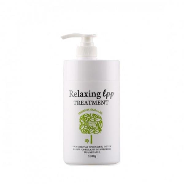 Лечебная маска для сильно поврежденных волос Haken Relaxing L.P.P TreatmentВосстанавливающая маска с натуральными компонентами предназначена для лечения ломких, секущихся и поврежденных волос. Она питает, тонизирует и увлажняет ослабленные волосы, возвращает их к жизни. Это отличное средство для проведения восстановительной терапии волос в домашних условиях, в том числе после проведения процесса химической завивки или окрашивания.<br><br>Текстура средства кремообразна, поэтому оно легко распределяется по волосам и моментально впитывается, насыщая волосы влагой от корней до кончиков. Маска производит положительный расслабляющий эффект, воздействуя на кожный покров, придает волосам эластичную структуру и здоровый блеск, устранит сухость кожного покрова и надолго избавит от ломких и безжизненных волос. Кроме того, маска эффективна при борьбе с перхотью и кожным зудом.<br><br>В состав маски входит естественный природный аминокислотный комплекс, обладающий защитными функциями. Маска состоит из множества питательных компонентов, которые способствуют восстановлению волос. Лечебные составляющие средства быстро проникают внутрь волос, питают их и покрывают неосязаемой защитной оболочкой, которая защищает их от разного рода повреждений.<br><br>Применение маски Haken Relaxing L.P.P. Treatment придает волосам послушность,делает их шелковистыми и невероятно гладкими. Ее можно использовать как для регулярного ухода, так и в качестве защитного средства перед химической завивкой или обесцвечиваем волос.<br><br>&amp;nbsp;<br><br>Объём: 1000 мл<br><br>&amp;nbsp;<br><br>Способ применения:<br><br>При регулярном уходе &amp;mdash; распределите маску от корней до кончиков по влажным волосам, укройте их полиэтиленовой шапочкой и оставьте на небольшое количество времени, но не более 15, а затем смойте средство водой.<br><br>Перед агрессивным воздействием на волосы, будь то окрашивание или химическая завивка &amp;ndash; используйте маску за 5 минут до начала процедур.<br>