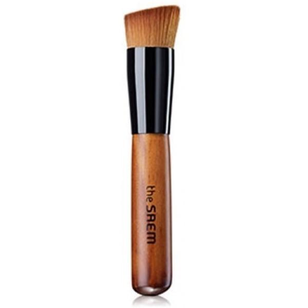 The Saem  Foundation BrushБазовая кисть позволяет нанести тональное средство или праймер более равномерным слоем, обеспечивая естественное покрытие и идеальную маскировку несовершенств кожи. Выполнена из плотного синтетического ворса, легко моется и быстро сохнет, удобна и гигиенична в использовании.<br><br>Базовая кисть от The Saem подойдет как новичкам, так и профессиональным визажистам, позволяет качественно обработать самые труднодоступные участки лица &amp;ndash; крылья носа, уголки глаз, линия роста волос. Подходит как для первичного нанесения, так и для растушевки тональных или базовых средств. Кисть позволяет наносить косметику с большей точностью, чем при традиционном нанесении пальцами, при этом такой способ более гигиеничный.<br><br>&amp;nbsp;<br><br>Объём: 1 шт.<br><br>&amp;nbsp;<br><br>Способ применения:<br><br>На чистую сухую кожу начиная от центра лица наносят тональную основу легкими движениями кисти, постепенно продвигаясь вверх ко лбу, вниз к подбородку и в стороны к скулам. Чтобы сгладить границы нанесения, растирающими движениями кисти тушуйте участки с неравномерным слоем тональной основы. Чтобы скрыть недостатки кожи &amp;ndash; углубления и выступы микрорельефа кожи (рубцы, акне, расширенные поры) &amp;ndash; наносите тональное средство похлопывающими движениями кисти.<br>