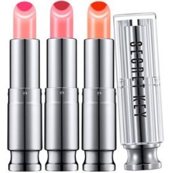Secret Key Sweet Glam Two Tone GlowПо своей текстуре двойной тинт для губ Secret Key Sweet Glam Two Tone Glow похож на нежный ухаживающий бальзам. Позволяет с легкостью регулировать насыщенность и яркость нанесенного тона, долго держится на коже губ и одновременно ухаживает, так как в его составе находятся активные компоненты, обеспечивающие комплексное увлажнение, для борьбы с иссушением и появлением трещинок.<br><br>После нанесения тинт словно &amp;laquo;въедается&amp;raquo; в верхние слои кожи, создавая своеобразный тату эффект, после высыхания тинт не оставляет следов на коже или тканях, совершенно безопасен для чувствительной кожи.<br><br>Масло оливы обеспечивает многогранное экспресс-питание, преображающее мгновенным действием даже самые сухие губы. Сглаживает кожу, подсвечивает красящие пигменты тинта.<br><br>Средство представлено тремя сочными оттенками:<br><br>[01]&amp;ndash;Chiс Rеd<br><br>[02]&amp;ndash;Juiсy Orаnge<br><br>[03]&amp;ndash;Lollipоp Рink<br><br>&amp;nbsp;<br><br>Объём: 3,8 гр.<br><br>&amp;nbsp;<br><br>Способ применения:<br><br>Нанести тинт на губы на несколько слоев, регулируя уровень насыщенности.<br>