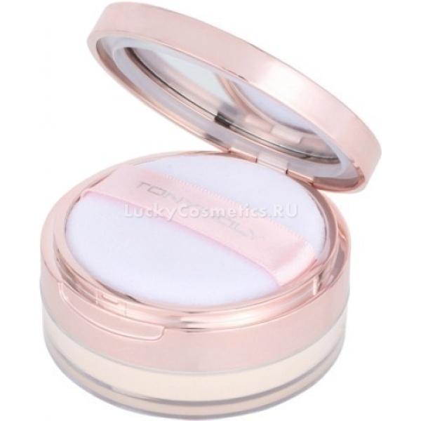 Tony Moly Luminous Perfume Face PowderНежнейшая рассыпчатая минеральная мелкодисперсная пудра с легким ароматом голландской розы пригодится вам при создании эффекта нежной сияющей кожи лица, который придает лицу неземную свежесть.<br><br>Как и другие минеральные пудры Tony Moly, пудра-вуаль Luminous Perfume Face Powder обладает антисептическими и седативными свойствами, при отсутствии красителей, парабенов, талька, воска и других неприемлемых для натуральной косметики веществ.<br><br>Эта пудра выпускается в двух оттенках:<br><br>01 Light Beige &amp;ndash; светло-бежевый, для светлой и очень светлой кожи.<br><br>02 Natural Beige &amp;ndash; натуральный бежевый, для кожи темнее светлого, но для смуглого тона уже окажется слишком светлой.<br><br>Полезный состав пудры-вуали Luminous Perfume Face Powder<br><br><br>Жемчужная пудра &amp;ndash; основной компонент, играющий роль и фонового сияющего компонента, и защитной основы, успокаивающей кожу и предотвращающий излишнее выделение кожного жира.<br>Мика &amp;ndash; безвредный заменитель талька, необходимый для отбеливания и выравнивания тона лица, а также от размеров частиц микки зависит степень отсвечивания пудры. В составе этого средства мика состоит из очень мелких частиц, что делает сияние очень нежным и равномерным.<br>Титановый диоксид &amp;ndash; утяжеляет пудру, чтобы она плотнее накладывалась на кожу и другую косметику, делает возможным наложение слоями.<br>Октенилсукцинат алюминия &amp;ndash; тот самый компонент, благодаря которому ощущается шелковистая структура пудры, и на коже она чувствуется невесомой, нежной вуалью. Вместе с жемчужной пудрой также поглощает влагу и кожный жир, не давая легкому сиянию превратиться в жирный блеск.<br>Оксид железа &amp;ndash; пигмент, придающий оттенок пудре. Несмотря на то, что присутствует почти в любой минеральной косметике, от его количества зависит оттенок: 01 он практически не ощущается, зато 02 содержит больше, из-за чего и получаем натуральный бежевый оттенок.<br><br><b
