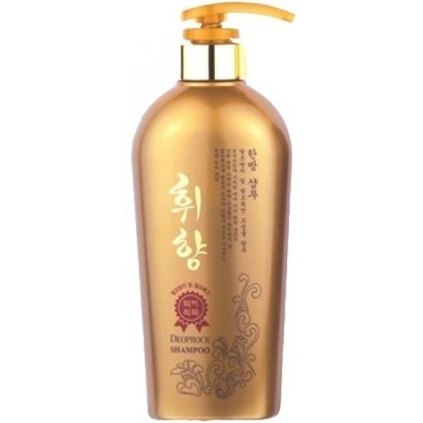 Deoproce Whee Hyang ShampooВсе полезные свойства женьшеня передаст вашим волосам Whee Hyang Shampoo, разработанный косметологами компании Deoproche. Живительный экстракт полезен не только для поддержания здоровья и красоты кожи. Он благотворно влияет и на локоны.<br><br>Женьшень оказывает укрепляющее и увлажняющее действие. Он восстанавливает структуру волос и запечатывает открытые чешуйки. Кроме того, хорошо влияет он и на кожу. Женьшень ускоряет кровоток, а поэтому кислород и все питательные вещества скорее попадают в ткани. Также он стимулирует активацию спящих волосяных луковиц. В результате происходит естественное восстановление и обновление.<br><br>Кроме того, усиливают эффекты этого полезного экстракта прошедший процесс гидролиза морской коллаген и бесцветная хна. Коллаген встраивается в структуру волосяных стержней и восстанавливает ее. Он дарит упругость и здоровье. Бесцветная хна борется с перхотью, создает объем, питает и увлажняет.<br><br>Это очищающее и ухаживающее средство подойдет для волос, которых уже коснулись признаки возрастных изменений. Используйте шампунь с женьшенем в тандеме с бальзамом из той же линейки и наслаждайтесь красотой, здоровьем и молодостью локонов.<br><br>&amp;nbsp;<br><br>Объём: 530 мл<br><br>&amp;nbsp;<br><br>Способ применения:<br><br>На влажных волосах вспеньте шампунь с женьшенем и помассируйте кожу головы. После смойте средство и нанесите бальзам из той же косметической серии.<br>
