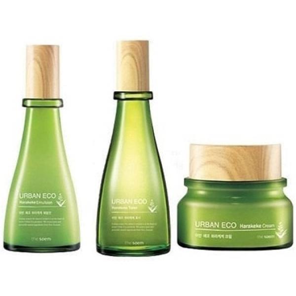The Saem Urban Eco Harakeke Skin Care  SetУхаживающий набор с экстрактом льна &amp;ndash; это идеальный подбор средств для полноценного увлажнения, интенсивного питания и моментального успокоения кожи. Основным компонентом инновационных косметических средств является экстракт новозеландского льна. Он очень ценен при снятии кожных воспалений, ускоряет регенерацию и заживление. Экстракт помогает коже задерживать влагу, предотвращая иссушение и появление шелушения и раздражения.<br><br>Дополнительными ингредиентами ухаживающих средств Harakeke Skin Care 3 Set являются экстракт меда мануки и календулы. Они поставляют в глубинные слои кожи витамины, оказывают чудотворное антисептическое действие, тонизируют и омолаживают кожу.<br><br>Благодаря таким целебным составляющим, все средства набора прекрасно воспринимаются кожей любого типа. Данные продукты мгновенно впитываются. Под их воздействием эпидермис, напитывается влагой, витаминами и микроэлементами, наполняется силой, разравнивается, становится упругим и эластичным.<br><br>В ухаживающий набор с экстрактом льна входят: увлажняющий тонер (92% экстракта льна), который обладает легкой желейной текстурой, нежная успокаивающая эмульсия (83% льна) с молочной текстурой и смягчающий крем.<br><br>&amp;nbsp;<br><br>Объём:<br>The Saem Urban Eco Harakeke Toner - 180 мл<br>The Saem Urban Eco Harakeke Emulsion - 135 мл<br>The Saem Urban Eco Harakeke Cream - 60 мл<br><br>&amp;nbsp;<br><br>Способ применения:<br><br>Начните уход за кожей с нанесения тонера, после этого используйте эмульсию и завершите процедуру кремом.<br>