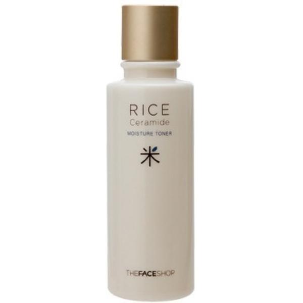 The Face Shop Moisture Rice TonerТонер с керамидами и рисовым экстрактом создан для увлажнения кожи, поддержания тонуса и тургора лица на целый день, а также для предотвращения шелушений и сухости. Рисовые протеины и лецитин снабжают клетки веществами, необходимыми для их синтеза и нормального функционирования.<br><br>Рисовые отруби в формуле тонера оказывают отшелушивающее воздействие, стимулируя процессы обновления кожи, в результате чего она становится шелковистой и идеально гладкой как на вид, так и на ощупь<br><br>Нанокерамиды &amp;ndash; инновационный ингредиент косметических средств, позволяющий повысить их проникаемость и эффективность за счет микро-размеров. Естественные керамиды необходимы коже для формирования защитного барьера против инфекций, химических и физических факторов, а также удерживают воду в клетках, сохраняя их гидробаланс.<br><br>&amp;nbsp;<br><br>Объём: 150 мл<br><br>&amp;nbsp;<br><br>Способ применения:<br><br>Тонер с керамидами имеет довольно плотную текстуру, потому для увлажнения всей поверхности лица и зоны декольте достаточно нескольких капель. Встряхните флакон и нанесите немного средства на пальцы, после чего вбейте его в кожу. Тонером обрабатывают кожу сразу после умывания, когда она не мокрая, но слегка влажная, чтобы удержать влагу в клетках.<br>