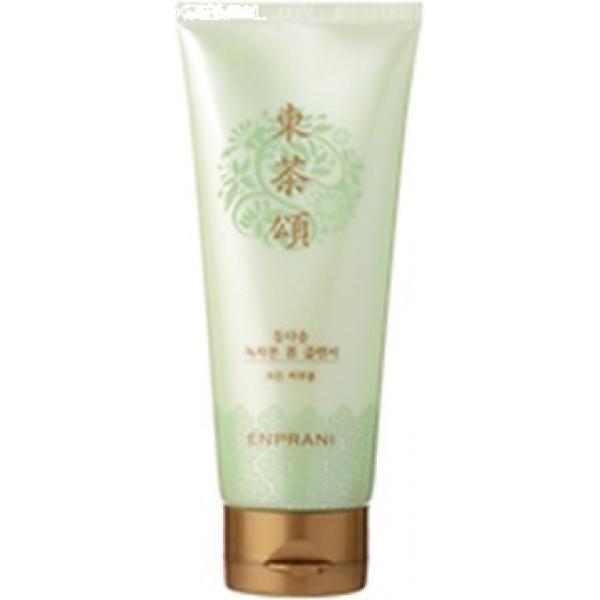 Enprani Dongdasong Green Team Foam CleanserПенка от бренда Enprani известна своей функцией очищения, благодаря наличию в состве природного компонента &amp;ndash; зелёного чая.<br><br>Экстракт чая прекрасно справляется с увлажнением кожного покрова, выступает в качестве натурального антиоксидантного вещества, проводит защиту на клеточном уровне.<br><br>Пенка на основе зелёного чая станет отличным решением для обладателей кожи с повышенной жирностью, так как способна регулировать водно-жировой баланс эпидермиса.<br><br>Средство бережно справляется с загрязнениями кожи не вызывая негативных реакций, тонизирует кожу, делает ее свежей и отдохнувшей.<br><br>Важно отметить, что чай является богатым источником кофеина, который в свою очередь прекрасно улучшает кровообращение, питает кожный покров и дарит ему эластичность.<br><br>Также, благодаря основному компоненту, кожа спасена от кислородного голодания и защищена в течение всего дня.<br><br>Чай активирует иммунную систему, создает невидимый барьер, который не пускает бактерии внутрь кожного покрова, а также способен смягчать последствия нахождения кожи под солнцем.<br><br>&amp;nbsp;<br><br>Объём: 150 мл<br><br>&amp;nbsp;<br><br>Способ применения:<br><br>Пенка наносится на лицо легкими массажными движениями, затем удаляется водой.<br>