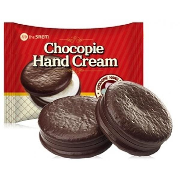 The Saem Chocopie Hand CreamОбладательницей данного крема для рук, несомненно, захочет стать каждая сладкоежка! Еще бы, ведь его упаковка имитирует известное пирожное Chocopie, а сам продукт представлен в двух вариациях &amp;ndash; с ароматом зефирок, а также печенек. Текстура средств является весьма приятной, так, после использования продукта не образуется неприятная пленочка, а также отсутствует липкость, зато появляется ощущение неповторимого комфорта и мягкости рук. Безупречные ухаживающие свойства продуктов обеспечиваются благодаря их составам, включающим полезные ингредиенты. В состав крема включены масла карите и макадамии, а также экстракт мелиссы. Масла карите и макадамии роскошно питают и придают бархатистость коже, эффективно увлажняя ее, а также защищая от отрицательных внешних условий. Вытяжка мелиссы обладает легкими осветляющими свойствами, что позволяет избавить кожу от нежелательной пигментации. Применение представленного средства позволит существенно улучшить качество кожи рук, а также возвратить ей молодость, красивый вид и ухоженность. Идеальные ручки &amp;ndash; это реальность, благодаря этому крему от корейской марки The Saem!<br><br>&amp;nbsp;<br><br>Объём: 35 мл<br><br>&amp;nbsp;<br><br>Способ применения:<br><br>Средство следует применять на чистой коже рук, нанося его в небольшом количестве в любое время дня.<br>