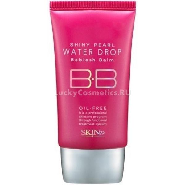 Skin Shiny Pearl Water Drop Beblesh BalmББ крем с эффектом сияния предназначается для жирной, нормальной, комбинированной и проблемной кожи. Универсальный тон за несколько минут подстраивается к цвету лица и придает здоровый вид даже усталой и бледной коже. Это позволяет рекомендовать его для использования во время фотосессий.<br><br>Основными ингредиентами ББ крема являются:<br><br>комплекс из 7 трав (календула, розмарин, базилик, портулак, хауттюйния сердцелистная, женьшень, ашитаба), обеспечивающий питание кожи;<br><br>альпийская вода, обладающая увлажняющим эффектом;<br><br>витамин E, повышающий упругость кожи и смягчающий ее;<br><br>пудровые компоненты, предотвращающие возникновение излишнего блеска;<br><br>частицы жемчуга, дарящие коже сияние.<br><br>Благодаря использованию технологии Oil-Free (без масла) ББ крем на водной основе имеет легкую текстуру. Средство обладает охлаждающим и освежающим действием.<br><br>&amp;nbsp;<br><br>Объём: 43,5 мл<br><br>&amp;nbsp;<br><br>Способ применения:<br><br>ББ крем нанести на все лицо и, похлопывая, втереть. Если средство используется как хайлайтер, он накладывается более тонким слоем с тщательной проработкой проблемных зон. При скульптурировании рекомендуется накладывать крем только на лоб, нос и верхнюю половину щек, не затрагивая подбородка и контуры лица.<br>