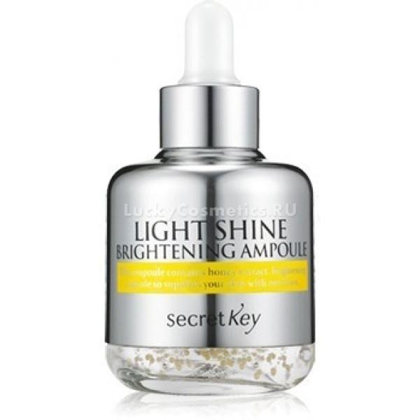 Secret KeyLight Shine Brightening AmpouleНастоящим спасением для зрелой кожи становится сыворотка Light Shine Brightening Ampoule от компании Secret Key. Она борется со многими возрастными изменениями кожи, осветляет возникающую пигментацию и придает коже здоровый, очень ухоженный вид.<br>В составе средства гиалуроновая кислота, увлажняющая и питающая глубокие слои дермы, регулирующая водный баланс и помогающая разгладить мелкие морщинки. Дополняет ее действие активный витамин С, освежающий и повышающий эластические свойства кожи. Аналогичным образом действует и экстракт лимона, входящий в состав этого средства. Он также борется с возрастной пигментацией, осветляет кожу.<br>Кроме того, благотворно воздействует на кожу особый новозеландский мед под названием манука. Он увлажняет, а также насыщает глубокие дермальные слои витаминами и полезными микроэлементами.<br>Алантоин и аденозин оказывают заживляющиее действие, а также восстанавливают процессы возобновления клеток. Благодаря их совместному воздействию, вы быстро заметите перемены: ваша кожа станет более молодой и подтянутой. Все просто - средством нужно только регулярно пользоваться.Объём: 50 млСпособ применения:Эту сыворотку можно использовать самостоятельно (1 – 2 капли просто равномерно распределить по лицу), а можно и совместить с ухаживающим кремом, добавив в него одну капельку средства перед самым нанесением.<br>