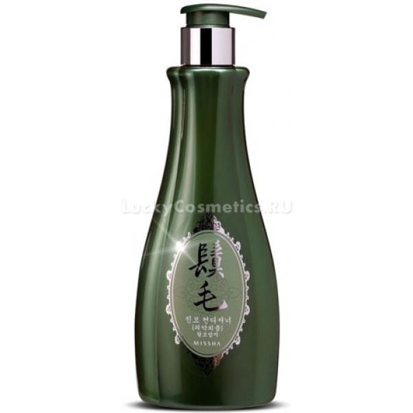 Missha Jin Mo ConditionerЧастые укладки, окраски и химическая завивка лишают волосы жизненной силы. Косметологи Missha предлагают вернуть красоту, здоровье и молодость вашим волосам с помощью мощного средства &amp;laquo;Jin Mo Conditioner&amp;raquo;. В составе его &amp;ndash; масло камелии, растительные компоненты, аминокислоты и витамины, благотворно воздействующие на кожу головы и внутреннюю структуру волос.<br><br>Масло камелии возвращает волосам естественный блеск и силу, восстанавливает их упругость и обогащает влагой. Оно предотвращает сечение кончиков, снижает ломкость волос. Масло камелии также препятствует возникновению перхоти.<br><br>Тщательно подобранные природные растительные экстракты дарят волосам все необходимые витамины и микроэлементы. Они устраняют жирность волос у корней и питают их изнутри, а также увлажняют кожу головы, успокаивают ее и улучшают кровоснабжение. Тем самым ускоряется рост волос, а также предотвращается их выпадение.<br><br>Запатентованный комплекс витаминов, протеинов шелка и аминокислот Nano Vita Silk предотвращает возникновение секущихся кончиков, ломкость и потерю волос.<br><br>Кондиционер дарит волосам мягкость и гладкость. Он создает защитное покрытие, которое &amp;laquo;запечатывает&amp;raquo; все микроповреждения на их поверхности, а также возвращает волосам прежний здоровый блеск. Рекомендуется использовать кондиционер регулярно в паре с шампунем из той же серии.<br><br>&amp;nbsp;<br><br>Объём: 400 мл<br><br>&amp;nbsp;<br><br>Способ применения:<br><br>Кондиционер после мытья волос распределить по всей их длине, слегка помассировать пальцами и смыть.<br>