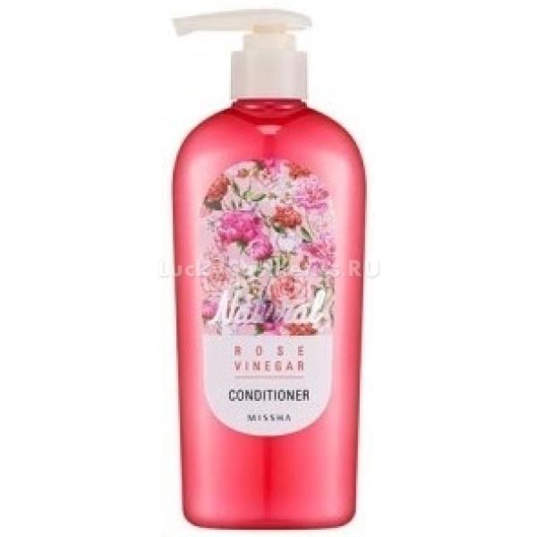 Missha Natural Rose Vinegar ConditionerКондиционер Rose Vinegar Conditioner на основе натурального уксуса и розового экстракта делает волосы шелковистыми и послушными, не перегружая их силиконом, который затрудняет доступ полезных компонентов. Эффект ощутим уже после первых нескольких применений – волосы становятся менее ломкими, быстрее растут, приобретают пышность.<br>Уксус содержит микроэлементы и энзимы, которые стимулируют рост волос, а кислая среда, которую он создает, способствует приглаживанию кератиновых чешуек. Визуальный эффект – блестящие волосы, которые легко расчесываются и хорошо держат укладку.<br>Экстракт розы стимулирует кровоснабжение и питание волосяных фолликул, из-за чего волосы растут быстрее. Другие компоненты средства – аргановое масло и экстракт камелии, делают волосы более устойчивыми для термических воздействий, предотвращают ломкость и обезвоживание, защищают от ультрафиолетового излучения солнца.Объём: 310 млСпособ применения:Вмассировать кондиционер во влажные волосы после того, как смоете шампунь. Оставить на несколько минут и тщательно смыть проточной водой. Оставить волосы для высыхания естественным путем.<br>