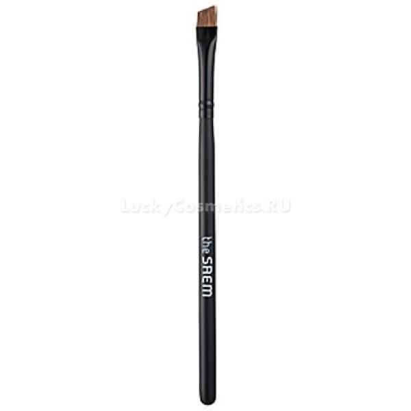 The Saem Eyebrow BrushОттенить брови можно разными способами: контурным карандашом, жидкими тенями, специальной краской или же сухим пигментом. Линия брови, прорисованная сухими тенями, выглядит мягко и естественно, с их помощью можно придать густоту, объем и правильную форму даже тонким и редким бровям.<br><br>Скошенная кисть Eyebrow Brush от The Saem идеально подходит для прорисовки бровей с использованием сухих теней. Плотный ворс средней пышности позволяет зачерпнуть столько пигмента, сколько нужно, не рискуя осыпать большую часть теней на лицо. Удобная ручка кисти позволяет сделать штрих более свободным и естественным. Скошенная часть кисточки образует острый угол, с помощью которого удобно оформлять кончик брови.<br><br>&amp;nbsp;<br><br>Объём: 1 шт.<br><br>&amp;nbsp;<br><br>Способ применения:<br><br>Наберите кистью необходимое количество коричневого или черного пигмента (в зависимости от оттенка бровей) и стряхните излишки, чтобы тени не осыпались на лицо. Тени должны быть обязательно матовыми, иначе макияж будет выглядить неестественно и комично. Проведите линию (лучше заранее наметить точки светлым косметическим карандашом), конец линии брови очертите тонким скошенным краем кисти. Внутреннюю часть бровей сразу под их изгибом можно высветлить хайлайтером или белыми тенями, чтобы брови казались изогнутыми, а взгляд &amp;ndash; распахнутым и открытым.<br>