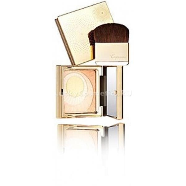 Хайлайтер Enprani The Gold Ray:D Royal CheekЭтот великолепный хайлайтер является прекрасным помощником для создания безупречного макияжа лица, который точно не останется незамеченным. Продукт обладает мельчайшим помолом, что позволяет ему ложиться на кожу невидимыми штрихами, подсвечивая отдельные области, а также делая лицо более рельефным, ухоженным и привлекательным. В состав хайлайтера входит эксклюзивный комплекс Dermaxyl, который эффективно борется с увяданием кожи, увлажняя, защищая и питая ее в течение дня. Жемчужная и золотая пудра, включенная в содержание, позволяет получить невероятное деликатное и влажное сияние. Хайлайтер, нанесенный на надскуловую, подбровную области, а также в уголки глаз и зону над верхней губой, придаст образу роскошный и ухоженный вид и сделает макияж профессиональным и законченным. Палитра хайлаqтеров данной линии от Enprani включает в себя 2 тона, среди которых обладательница любого цветотипа внешности выберет тот, который подойдет именно ей.Объём: 12 грСпособ применения:Средство следует наносить при помощи кисти либо пальца в уголки глаз, на подбровную и надскуловую зоны, а также в серединку верхней губы.<br>