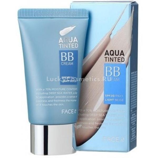 The Face Shop Face It Aqua Tinted BB CreamУход и естественное покрытие кожи обеспечивает ВВ-крем от корейского бренда. Формула средства почти на 70% состоит из воды. Оно блестяще освежает кожу, увлажняет ее, делает здоровой и напитанной. Действие крема направлено на маскировку и уход.<br><br>Также в составе высокоэффективного средства содержится экстракт портулака. Он успокаивает кожу, борется с несовершенствами, защищает от раннего старения. Крем приспосабливается к пигменту кожи, поэтому создает на лице равномерное покрытие. Экстракт плодов грубокожистого лимона оказывает мощное антибактериальное действие. Сквален насыщает кожу кислородом, дарит ей шелковистость, избавляет от морщинок.<br><br>Крем восхитительно ложится, даря ощущение легкого тонизирующего холодка и свежести. Средство защищает от ультрафиолета. Расходуется крем экономично, «усаживается» на кожу довольно быстро. Перед нанесением следующего слоя уходового продукта визажисты рекомендуют подождать 5 минут. Азиатский ВВ-крем не сушит, не подчеркивает шелушения.Объём: 40 млСпособ применения:Выдавить крем на тыльную сторону кисти. Нагревшись, средство будет лучше поддаваться растушевке. Нанести на лицо точечно и с помощью пальцев, спонжа или кисти распределить по коже.<br>