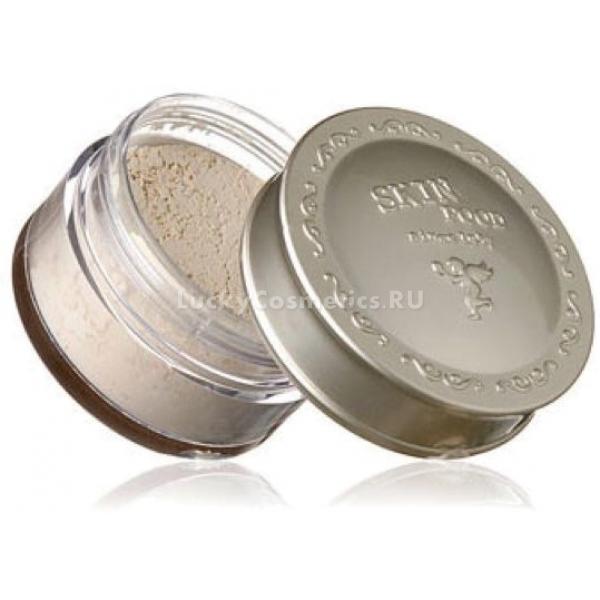 Skinfood Buckwheat Loose PowderПудра используется для устранения жирного блеска и в качестве завершающего штриха в макияже. Мельчайший помол способствует идеально равномерному распределению пудры по коже, естественно сглаживая ее рельеф. Рассыпчатая пудра с экстрактом гречневого масла Skinfood Buckwheat Loose Powder прекрасно маскирует мелкие недостатки, пигментацию и морщинки, выравнивает тон.<br><br>В составе пудры присутствуют мельчайшие частицы гречишной лузги, которые обеспечивают нежное шелковистое покрытие. Благодаря им пудра наносится мягко и равномерно, надолго избавляет от жирного блеска и при этом не создает эффекта маски.<br><br>В пудре присутствует рисовая мука, известная своими великолепными матирующими свойствами. Действующие компоненты рисовой муки - цинк и салициловая кислота. Они борются с воспалительными процессами кожи, оказывают антибактериальное и защитное действие.<br><br>Почти прозрачная, легкая и рассыпчатая пудра легко адаптируется под любой цвет кожи, придает ей естественное сияние, гладкость и благородную матовость. Может использоваться как декоративная косметика и для профилактики воспалений. Подходит для всех типов кожи, особенно для жирной и комбинированной.<br><br>&amp;nbsp;<br><br>Объём: 23 г<br><br>&amp;nbsp;<br><br>Способ применения:<br><br>Для контроля над жирным блеском пудру наносят тонким слоем на чистую кожу лица перед макияжем. Как завершения макияжа небольшое количество пудры наносят на зону лица и декольте.<br>