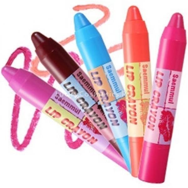 The Saem Saemmul Lip CrayonИнновационное средство для губ создал корейский косметический бренд The Saem. Продукт имеет вид автоматического карандаша и текстуру настоящей помады. Цветовая палитра средства не оставит равнодушными самых продвинутых ценителей декоративной косметики, поскольку соответствуют последним веяниям моды.<br><br>Помада подойдет для ежедневного использования и создания изысканного вечернего макияжа. Финиш у средства глянцевый, благородный. Текстура помады очень легкая и невесомая. Также средство отличается хорошей стойкостью. После нанесения оно дает насыщенный цвет.<br><br>В составе продукта содержится масло розы, березовый сок и токоферол. Эти компоненты обеспечивают коже губ бережный уход и защиту. Так, регулярное использование помады делает губы увлажненными и мягкими. Витамин молодости в составе средства позволяет избежать влияния вредных факторов и предотвратить увядание.<br><br>&amp;nbsp;<br><br>Объём: 2,4 мл<br><br>&amp;nbsp;<br><br>Способ применения:<br><br>Выкрутить помаду и очертить контуры губ. Затем тонким слоем нанести на всю поверхность губ.<br>