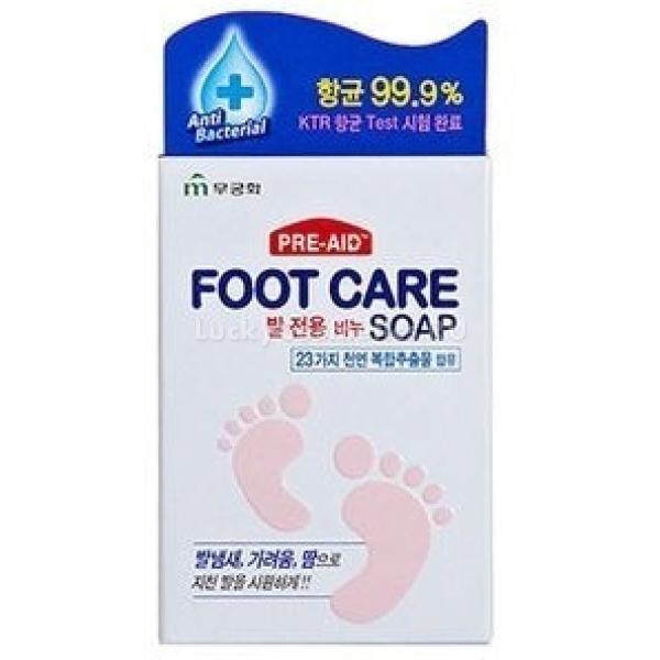 Mukunghwa Foot Care SoapАнтибактериальное мыло для ног с травяными экстрактами от Mukunghwa обеспечивает максимальное очищение и уход за кожей ступней. Его натуральная формула содержит компоненты, предотвращающие развития грибков и другой патогенной микрофлоры, которая является причиной возникновения неприятного запаха. Экстракт ромашки смягчает кожу и препятствует размножению бактерий, розмарин тонизирует и улучшает микроциркуляцию, а корень солодки предотвращает сухость, шелушение и трещины на пятках, обеспечивая увлажнение кожи.Объём: 77 гСпособ применения:Ополосните ступни теплой водой и намыльте их, массирующими круговыми движениями обработайте всю поверхность кожи, уделяя особое внимание пяткам и участкам между пальцами. Смойте пену и промокните ноги полотенцем, после чего нанесите питательный крем.<br>
