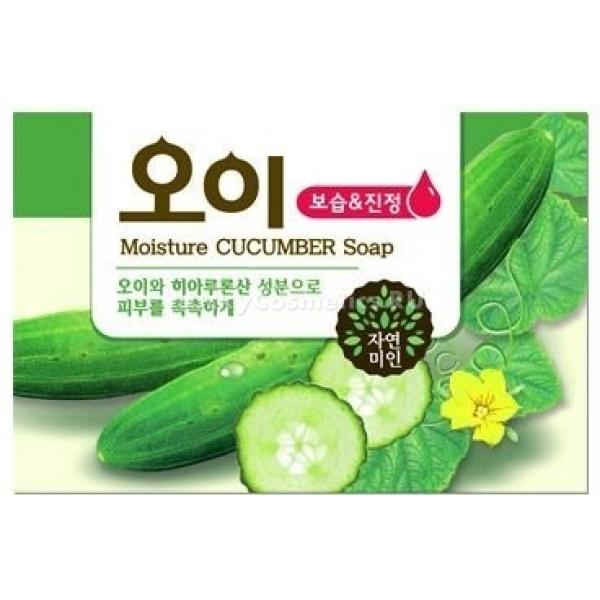 Mukunghwa Moisture Cucumber SoapMoisture Cucumber &amp;ndash; огуречный экстракт в составе этого средства возвращает коже тонус и упругость, выравнивает ее тон и увлажняет ее, восстанавливает минеральный баланс клеток.<br><br>Огурец содержит витаминно-минеральный комплекс, необходимый для протекания биохимических процессов в клетках эпидермиса, богат калием, гликозидами, полифенолами и полисахаридами. Экстракт огурца способствует выравниванию pH кожи, за счет чего усиливается местный иммунитет и угнетается развитие патогенных бактерий &amp;ndash; главной причины высыпаний. Тон кожи выравнивается, она обретает тургор и становится более нежной на ощупь, пигментные пятна и веснушки осветляются.<br><br>&amp;nbsp;<br><br>Объём: 100 г<br><br>&amp;nbsp;<br><br>Способ применения:<br><br>Вспеньте средство специальной сеточкой и нанесите полученную пену на кожу, продвигаясь вдоль массажных линий: по вертикали в области носа, горизонталь по лбу и в направлении от центра лица к вискам на щеках. Ополосните лицо теплой водой и увлажните кремом или тонером.<br>