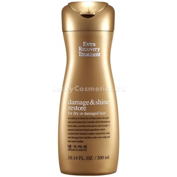Daeng Gi Meo Ri Extra Recovery TreatmentВосстановить сухие и поврежденные волосы поможет кондиционер от корейского бренда Daeng Gi Meo Ri. Экстра восстанавливающее средство великолепно питает и устраняет причину сухости. Обеспечит бережную защиту от пагубного влияния факторов окружающей среды и высоких температур, обеспечит максимальную защиту от химических компонентов красок и завивок.<br>Нежная текстура глубоко проникает в строение волос и насыщает их питательными витаминами и микроэлементами изнутри. Бережно окутывает каждую волосинку тонкой воздухопроницаемой пленочкой, которая предотвращает потерю влаги и цвета. Кроме того увеличивая межволосяное пространство кондиционер способствует добавлению объема. Поддерживает в течение дня подвижную фиксацию волос, при этом не слипая их между собой. Ультрапитательный растительный комплекс способствует активации роста волос, «запечатывает» отслоившиеся чешуйки и склеивает посеченные концы. В результате локоны выглядят ровными, эластичными и упругими.<br>Зеленый чай в составе средства обладает противомикробным и тонизирующим действием, глубоко увлажняет и насыщает кожу головы, дарит надолго ощущение свежести и комфорта.<br>Экстракт пиона дарит волосам ровность, шелковистость, упругость.<br>Экстракт красного женьшеня защищает локоны от потери влаги и цвета, предотвращает ломкость и сухость.Объём: 300 мл.Способ применения:Нанесите средство на предварительно вымытые шампунем волосы и равномерно распределите по волосам, уделяя внимание кончикам. Оставьте на 5 – 10 минут, после чего смойте теплой водой.<br>