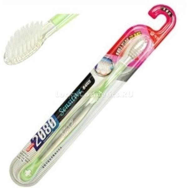 KeraSys DC  Sensitive ToothbrushКомпания KeraSys разработала замечательную щетку для обладателей чувствительных зубов и десен. Предмет гигиены имеет компактную головку овальной формы. Она позволяет очищать полость рта в самых труднодоступных местах.<br><br>Щетинки инструмента длинные, тонкие, имеют конусообразную форму. Изготовлены они из полибутилентерефталата. Различная длина щетинок дает возможность эффективно устранить налет с внутренней и внешней поверхности зубов и удалить остатки пищи между ними. Между тем, щетинки настолько мягкие, что во время чистки не царапают эмаль и не травмируют чувствительные десна, склонные к частым воспалениям.<br><br>Ручка щетки выполнена из резины и полиэтилентерефталата гликоля. Она имеет удобную форму. С таким предметом гигиены чистка зубов превращается в приятнейшую процедуру. Благодаря своей деликатной мягкости щетка бережно массирует десна, улучшая кровообращение.<br><br>Щетки представлены в различных цветовых решениях. Каждый член семьи сможет подобрать инструмент на свой вкус.<br>Цвет  зубной щетки может не совпадать с цветом на картинке.Объём: 1 штСпособ применения:Использовать зубную щетку для очищения ротовой полости рекомендуется сразу же после завтрака и перед ночным сном. Чтобы дыхание было свежим, следует уделять внимание не только чистке зубов, но и очищению языка.<br>