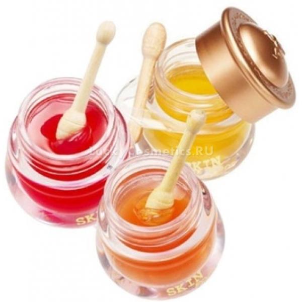 Skinfood Honeypot Lip BalmНи одна помада, тинт или блеск не будут смотреться красиво и стильно, если у вас потрескавшаяся, сухая, стянутая кожа губ. Губки нуждаются в тщательном уходе, глубоком увлажнении, питании, ведь это очень нежная область, не содержащая сальных желез и совершенно беззащитная перед негативным воздействием жары или холода.<br>Райским удовольствием для нежной кожи станет бальзам для губ на основе меда от корейского бренда Skinfood, заслужившего большую популярность благодаря высокому качеству продукции. В линейке три натуральных оттенка с бесподобными фруктовыми ароматами, дающие глянцевое полупрозрачное покрытие.<br>Увлажняющий комплекс Honeypot Lip Balm мгновенно проникает в глубокие слои эпидермиса и изнутри увлажняет кожу, делая ее гладкой, упругой и напитанной. Средство не только свежо и интересно смотрится на губах гармонично вписываясь в любой образ, но и создает защитную пленку, предотвращающую обветривание или пересушивание.<br>Стоит отметить оригинальную упаковку, представляющую из себя миниатюрный бочонок с медом и деревянной ложечкой – такая баночка станет не только украшением туалетного столика, но и отличным подарком для подруги, мамы, сестры.Объём: 6,5 гр.Способ применения:Нанести продукт на чистую кожу губ при помощи аппликатора, идущего в комплекте. Использовать каждый раз при возникновении чувства стянутости.<br>