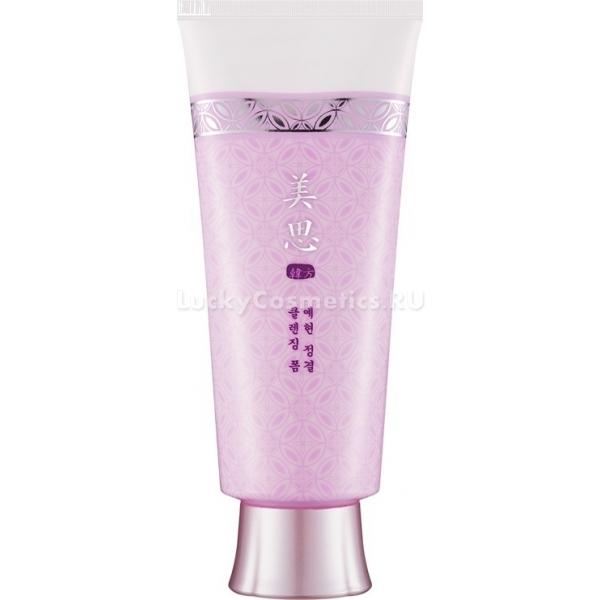 Missha Misa Yei Hyun Cleansing FoamYei Hyun Cleansing Foam – это роскошное средство для очищения кожи, которое содержит набор растительных ингредиентов восточной медицины и косметологии. Раз за разом воздушная пенка очищает кожу, возвращая ей упругость, эластичность и свежесть.<br><br>Продукт эффективно заменяет два этапа ежедневного ухода – очищение и увлажнение, ведь в его составе 65% компонентов, восполняющих запас влаги в клетках кожи. Один шаг – двойная польза!<br>Экстракт сосновой коры возвращает эпидермису тонус и жизнь. Вещество стимулирует микроциркуляцию крови, наполняет клетки питательными веществами, оказывает омолаживающее действие, повышает тургор кожи, другими словами, ее упругость.<br>Экстракт долгожителя женьшеня – компонент с эффектом анти-эйдж – нормализует процесс синтеза коллагена, улучшает микрорельеф кожи (разглаживает мелкие морщинки и неровности), активизирует клеточное обновление – естественную форму омоложения эпидермиса.<br>Здоровый цвет лица и сияние помогает вернуть вытяжка из гриба мацутакэ. Вещество мягко осветляет кожу, делает пигментные пятнышки менее заметными и осуществляет профилактику гиперпигментации.<br>Экстракт корня наперстянки китайской или рехмании – настоящий эликсир здоровья и молодости для кожи. Он регулирует кровообращение, улучшает обмен веществ и другие жизненно важные биологические процессы.<br>На этом список натуральных растительных ингредиентов не заканчивается. Среди них эфирное масло лотоса, масло какао, экстракт дудника и другие. Регулярное применение пенки от Missha сделает кожу гладкой, свежей, упругой и неотразимой!Объём: 170 мл.Способ применения:Вспенить средство в руках или с помощью косметической сеточки, нанести налицо массажными движениями, смыть водой.<br>