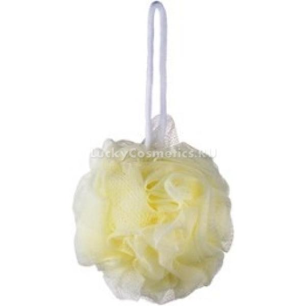The Saem Shower BallМочалка из сетки Shower Ball типа &amp;laquo;розочка&amp;raquo; от The Saem значительно уменьшит расход моющих средств для купания, так как способна взбивать обильную и густую пену из нескольких капель геля для душа. Сочетание полистерола и полиэстера создаёт эффект мягкого очищения и отшелушивания кожи, а синтетический материал исключает возможность размножения бактерий.<br><br>Внешний слой сеточки мочалки имеет белый цвет, чтобы избежать раздражений кожи из-за красителей, случающихся иногда при использовании подобных мочалок.<br><br>&amp;nbsp;<br><br>Объём: 1 шт.<br><br>&amp;nbsp;<br><br>Способ применения:<br><br>Несколько капель геля для душа поместите на смоченную тёплой водой мочалку и несколько раз сожмите её, взбивая пену. Растирайте кожу, равномерно распределяя мягкую пенку, и смывайте более прохладной водой, чтобы не раздражать лишённый химических барьеров эпидермис. После каждого использования прополаскивайте сеточку и вешайте мочалку сушиться с помощью верёвочки.<br>