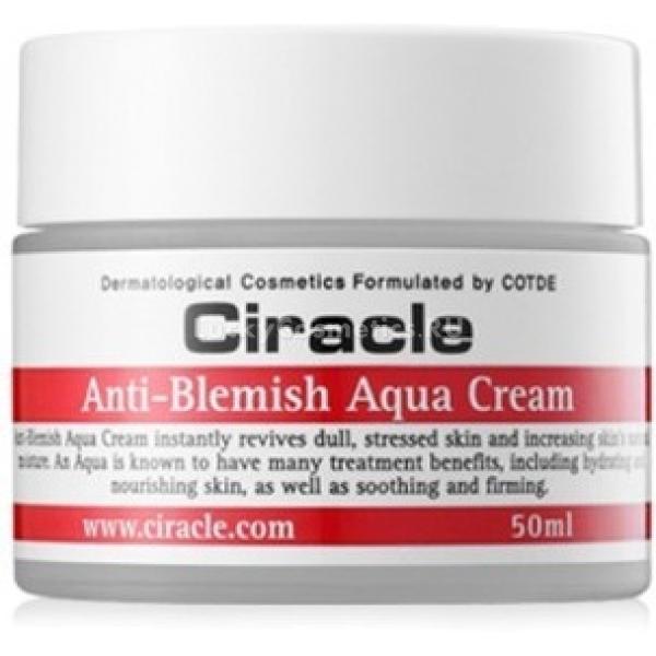 Ciracle Anti Blemish Aqua CreamГель-крем для борьбы с недостатками проблемной кожи Ciracle Anti Blemish Aqua Cream обладает высокими увлажняющими свойствами, поддерживающими естественную увлажненность клеток эпидермиса без жирного блеска, забитых пор и постоянных высыпаний.<br><br>Крем содержит сок алоэ вера, который является известным антисептиком, а также прекрасным увлажнителем, что идеально подходит для повседневной заботы о жирной коже, кожи с проблемными участками и смешанной.<br><br>Масло кожуры лимона идеально очищает кожу от токсичных загрязнений, залечивает ранки, трещинки и подсушивает прыщики, сокращая их дальнейшее появление, благодаря бактерицидным свойствам. При этом лимонное масло осветляет проблемы, возникающие после акне &amp;ndash; пятна и шрамы.<br><br>Аллантоин справляется с раздражением, сыпью и зудом, обновляет верхний эпителиальный слой, придавая коже мягкость, и разглаживая ее поверхность.<br><br>&amp;nbsp;<br><br>Объём: 50 мл<br><br>&amp;nbsp;<br><br>Способ применения:<br><br>Гель-крем распределяется тонким слоем по всей поверхности очищенной тонизированной кожи и оставляется впитываться.<br>