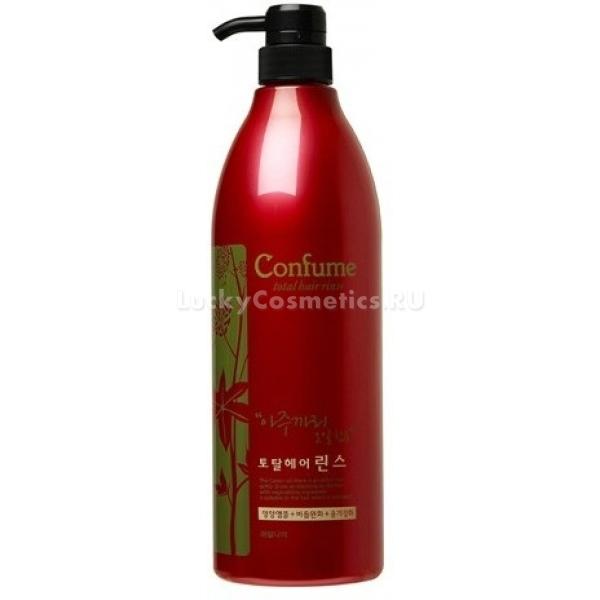 c   Welcos Confume Total Hair RinseТонкие, тусклые и слабые волосы нуждаются в особенной заботе. Подарите своим локонам вторую жизнь вместе с легким кондиционером Confume Total Hair Rinse от Welcos. Натуральный состав на основе касторового масла мгновенно проникает в травмированные участки волос, заполняет пустоты и полностью восстанавливает их структуру. Легкая текстура средства равномерно распределяется по всей длине, впитывается и активирует защитные функции волос. Способствует росту новых волос, укрепляет корневую систему и спаивает секущиеся кончики. Благодаря специальной защитной формуле, средство предотвращает негативное влияние стайлинговых инструментов, ультрафиолета и химических компонентов красок. Локоны остаются гладкими, сияющими и послушными. Натуральный состав способствует сохранению естественного уровня влаги, ухаживает за кожей головы и дарит локонам свежесть на протяжении долгого времени. Легкий аромат будет сопровождать Вас в течение всего дня. При этом он едва ощущается и не забивает запах парфюма.<br><br>&amp;nbsp;<br><br>Объём: 950 мл.<br><br>&amp;nbsp;<br><br>Способ применения:<br><br>На чистые влажные пряди нанесите необходимое количество средства и распределите по всей длине. Оставьте на 5 &amp;ndash; 7 минут, после чего смойте теплой водой.<br>