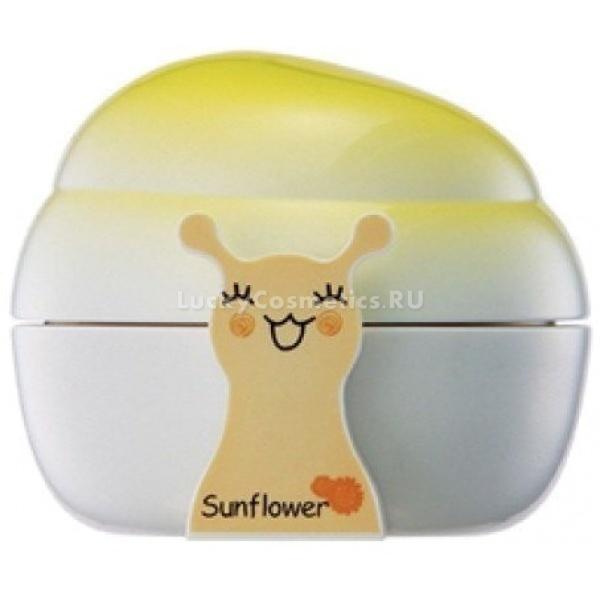 Крем с экстрактом улитки и подсолнуха The Saem  Snail Trio No.1 Sun Flower SPF25 PA++Корейский бренд The Saem представляет вам первый из серии дневных кремов с экстрактом улиточной слизи Snail Trio &amp;ndash; Sun Flower SPF 25 PA++. Этот крем является специализированным увлажняющим и защищающим косметическим средством, которое может использоваться как самостоятельно, так и вместе с макияжем.<br><br>Улиточная слизь придает крему регенерационные способности &amp;ndash; он восстанавливает структуру клеточного матрикса и ускоряет заживление ран, воспалений, раздражений. Солнцезащитные факторы SPF и PA средних значений (25 и ++ соответственно) уберегут покровы от ожогов, пигментации и раздражений.<br><br>Три главных ингредиента крема Snail Trio Sun Flower<br><br><br>Экстракт улиточной слизи &amp;ndash; содержит набор стимулирующих рост и деление клеток веществ, за счёт чего происходит выравнивание кожи, омоложение эпидермиса, уменьшение шрамов от старых и ускоренное восстановление после недавних повреждений.<br>Масло семян подсолнуха высшей очистки &amp;ndash; это масло богато витаминами и ненасыщенными жирными кислотами. Токоферол стимулирует спящие стволовые клетки кожи и способствует омоложению, ретинол вступает в главные цепочки метаболических реакций и выводит продукты обмена из клеток. Жирные кислоты смягчают кожу и предохраняют от излишних выделений кожных желез.<br>Ниацинамид &amp;ndash; витамин В3 питает кожу и нормализует метаболизм в клетках.<br><br><br>&amp;nbsp;<br><br>Объём: 40 мл<br><br>&amp;nbsp;<br><br>Способ применения:<br><br>Крем можно использовать как увлажняющее и защищающее от солнца средство в любое время, а также наносить после снятия макияжа как последний этап ухода перед сном. В составе макияжа его нужно применять первым, дождаться полного высыхания и далее накладывать декоративную косметику как обычно.<br><br>Распределять крем лучше всего лёгкими похлопываниями подушечками пальцев, чтобы впитывание полезных компонентов происходило быстрее.<br