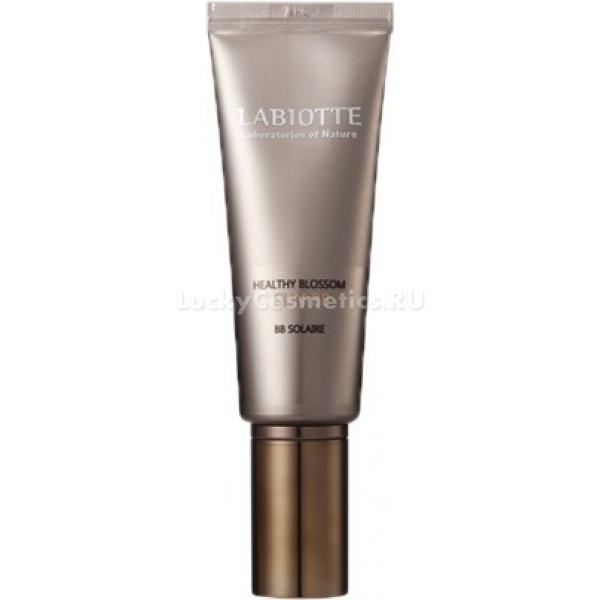 Labiotte Healthy Blossom Sun BBКаждая девушка и женщина хочет, чтобы декоративная косметика не только маскировала недостатки кожи, подчеркивала достоинства, но и не ухудшала состояние кожи, а, возможно, ухаживала за ней. К таким средствам относится Sun BB крем от корейской компании Labiotte.<br>Помимо основного его эффекта (создания ровного и здорового тона кожи), крем обладает такими свойствами:<br>укрепляет кожу;<br>питает ее полезными веществами;<br>восстанавливает структуру кожи;<br>защищает от негативного воздействия ультрафиолета;<br>увлажняет;<br>устраняет раздражения и воспаления.<br>ВВ крем серии Healthy Blossom имеет в своем составе натуральные компоненты – экстракты водяной лилии и бессмертника. Эти растения содержат в себе множество витаминов, минералов и других полезных веществ.<br>Одна из главных особенностей этого крема – высокий уровень защиты от солнечных лучей. Активное ультрафиолетовое излучение негативно воздействует на кожу лица, и приводит к появлению ранних морщин и пигментных пятен.<br>Средство выпускается в двух оттенках:<br>светло-бежевый;<br>натуральный бежевый.Объём: 40 мл.Способ применения:Использовать это средство нужно после тщательной очистки кожи лица, и нанесения тоника, базы под макияж. Небольшое количество крема следует нанести на специальный спонж или на кончики пальцев, и равномерно распределить по коже. Движения должны быть похлопывающими.<br>