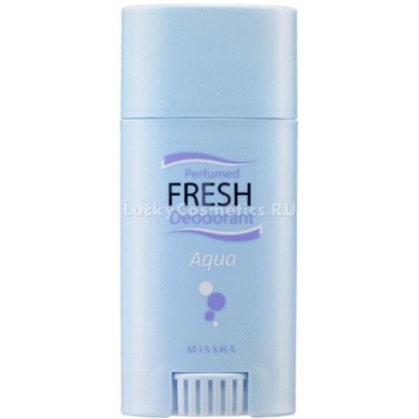 Missha Perfumed Fresh Deodorant Stick AquaДеликатный дезодорант-стик Perfumed Fresh Deodorant Stick (Aqua), созданный на основе кристально чистой воды, обеспечит вам чувство защищености от неприятного запаха и свежесть на протяжении всего дня. В его состав входят растительные экстракты гинкго и хаутюйнии сердцевидной, которые блокируют потоотделение, но при этом воздействуют на кожу мягко: не вызывают аллергии и раздражения.<br>Огуречный сок и экстракт алоэ с трепетной нежностью заботятся о вашей коже, смягчая и увлажняя ее. Растительные компоненты обладают успокаивающим действием. Они заживляют микроповреждения, возникающие после частого бритья, мгновенно снимают ощущение зуда и жжения – первых предвестников раздражения кожи.<br>Дезодорант-стик легко наносится и обеспечивает чувство свежести и защиты мгновенно. Он не оставляет белых пятен на одежде. Обладает нежным ароматом тропических фруктов с легкой ноткой белого мускуса. Средство не содержит химических отдушек, парабенов и минеральных масел, поэтому влияет на нежную кожу исключительно благотворно.Объём: 40 гСпособ применения:Открыть крышку и покрутить колесико в нижней части флакона. Когда стик выдвинется, нанесите дезодорант на кожу подмышки и дождитесь его полного высыхания.<br>