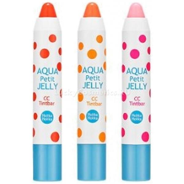 Holika Holika Aqua Petit Jelly CC Tint BarТинт в виде помады от бренда Holika Holika подарит вашим губам нежный насыщенный цвет и объем. В его состав входят мятная вода и коллаген. Мятная вода прекрасно освежает и увлажняет кожу губ, помогает сохранять влагу в клетках. Коллаген эффективно воздействует на ткани, препятствуя их старению. Тинт легко наносится и держится невероятно долго, сохраняя яркость цвета. Его текстура с мельчайшими шиммерными частицами дарит губам блеск и объем. Под воздействием температуры CC тинт меняет свой цвет, который становится более естественным.Объём: 2 млСпособ применения:Нанесите CC тинт на сухую кожу губ в 1-3 слоя.<br>