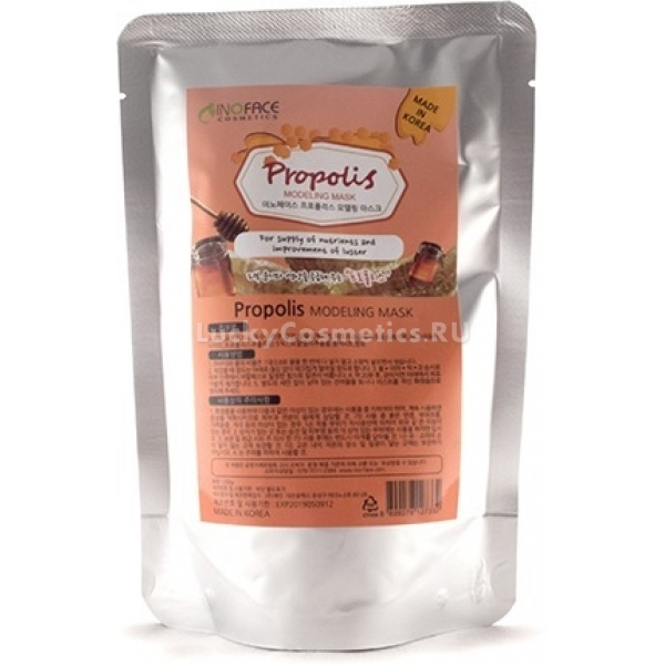 Inoface Propolis Modeling MaskМоделирующие маски изготавливают на основе соли альгиновой кислоты, которая обладает гигроскопичностью – быстро связывает воду, образуя густую смесь. На лице альгинат застывает, приобретает резиновую консистенцию и немного стягивает кожу. Под давлением пластифицированной маски действующие компоненты – витамины, минералы, натуральные экстракты, прополис – лучше впитываются кожей.<br>Прополисная альгинатная маска не только помогает подтянуть кожу и визуально снять несколько лет возраста, но и предотвращает высыпания и акне благодаря своим противомикробным свойствам. Прополис содержит вещества, стимулирующие заживлением микроповреждений, регенерацию кожи, ее кровоснабжение и питание.Объём: 200 гСпособ применения:Смешайте столовую ложку порошка альгината с теплой водой в равных пропорциях, при этом старайтесь действовать быстро, чтобы смесь не застыла комочками. Косметическим шпателем нанесите маску вдоль массажных линий, избегая области век и оставляя открытыми ноздри. Вдоль линии роста волос, а также на брови и ресницы желательно нанести питательный крем – так маска легче отклеится после применения.<br>Через полчаса альгинатная смесь полностью застынет и пластифицируется – тогда ее легко можно будет снять, как пленку, и нанести увлажняющий уход.<br>