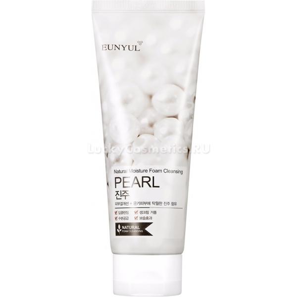 Eunyul Pearl Foam CleanserПреимущество корейских пенок перед другими средствами для умывания состоит в высоком уровне очищения без пересушивания кожи. Очищающая пенка с экстрактом жемчуга Eunyul Cleanser способна не только вытянуть из пор загрязнения, но и оказать ухаживающее воздействие, что делает ее средством 2-в-1. Образуя мягкую и невесомую, как перышко, пену, средство для умывания способно превратить процедуру очищения в настоящий СПА-ритуал. Благодаря жемчужной пудре, в клетках кожи ускоряются процессы обновления и выработки коллагена, а также выводятся токсины. Витамины и микроэлементы оказывают укрепляющее и тонизирующее воздействие, успокаивают раздраженную кожу, ускоряют заживление микроповреждений. Пенка Pearl Foam с жемчугом эффективно справляется с остатками макияжа и кожным жиром, подготавливая лицо к последующему нанесению ухода. Средство подходит как для утреннего, так и для вечернего умывания. Благодаря регулярному использованию, можно заметить, что тон лица стал более ровным и свежим, пигментация осветлилась, а забитые поры больше не беспокоят. Очищающая пенка с экстрактом жемчуга Eunyul &amp;ndash; отличный вариант для регулярного использования с хорошим объемом и по приемлемой цене!<br><br>&amp;nbsp;<br><br>Объём: 150 мл.<br><br>&amp;nbsp;<br><br>Способ применения:<br><br>На влажную кожу нанести пенку, предварительно взбитую при помощи рук или специальной сеточки. Помассировать, смыть теплой водой, при необходимости повторить процедуру.<br>