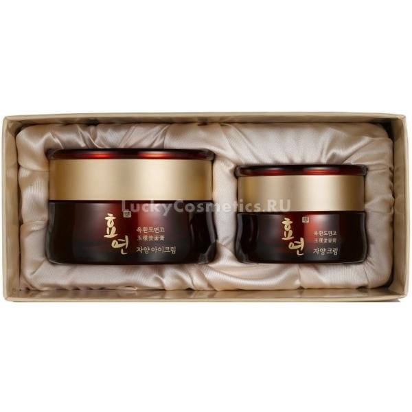 Welcos Hyo Yeon Jayang Cream SetПрактически каждая современная женщина мечтает и стремится сохранить кожу гладкой и упругой как можно дольше. Но и возраст, и внешние факторы оставляют след на нашем лице. Многие прибегают к радикальным процедурам. Но их стоимость высока и они требуют регулярности, а значит – и значительных вложений. В Азии очень популярны пластические операции, но среди самых популярных манипуляций вы не найдете процедур, направленных на омоложение. Все потому, что женщины в Азии знают секреты молодости. А секрет этот им предоставляют косметические компании. Одним из таких средств для сохранения молодости являются крема от компании Welcos, которые входят в линейку премиум косметики Hyo Yeon Jayang. Эта линия средств сочетает в себе традиции и секреты азиатской медицины и косметологии и новейшие научные разработки.<br>В состав антивозрастных средств из набора входят стволовые клетки растительного происхождения. Когда они проникают в глубокие слои кожи, происходит стимуляция процесса регенерации кожи, активизируется выработка коллагена, эластина и гиалуроновой кислоты. Кожа становится увлажненной изнутри. Внешний слой эпидермиса разглаживается и обретает упругость.<br>В состав набора Hyo Yeon Jayang Cream Set входят:<br>Крем для лица<br>Крем для кожи вокруг глазОбъём: Крем для лица 50мл., крем для кожи вокруг глаз 15мл.Способ применения:Наносите крем для лица на завершающем этапе ежедневного ухода. Распределите небольшое количество средства ровным тонким слоем. Нет необходимости втирать его полностью. Движения должны быть легкими и мягкими. После нанесения крема для лица, возьмите небольшое количество крема для зоны вокруг глаз, и нанесите его легкими похлопывающими движениями.<br>