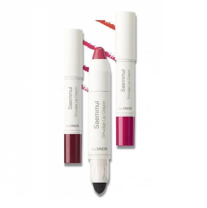 The Saem Saemmul Smudge Lip CrayonПомада-карандаш разработана косметологами корейского бренда The Saem для роскошного макияжа и ухода за губами. Средство отличается не только нежной текстурой помады, но и невероятной стойкостью цвета с благородным глянцевым финишем.<br><br>Помада оснащена удобным аппликатором, который помогает мягко распределить средство по губам, создавая желаемую градацию оттенка. Увлажняющая формула продукта позволяет после каждого нанесения наслаждаться ухоженным внешним видом губ. Помада не скатывается, не сушит губы и не меняет цвет в течение дня.<br><br>Особое внимание производитель уделил красочному дизайну средства. Колпачок довольно прочно прилегает, что предупреждает неожиданное открытие помады. Карандаш займет достойное место на косметическом столике каждой женщины.<br><br>&amp;nbsp;<br><br>Объём: 2,5 гр<br><br>&amp;nbsp;<br><br>Способ применения:<br><br>С помощью карандаша очертите губы по контуру. Аккуратным движением заполните внутреннее пространство. Интенсивность цвета зависит от нажима и количества нанесенных слоев.<br>