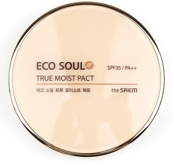 The Saem Eco Soul True Moisture PactМоментальное увлажнение и превосходный маскирующий эффект кожи дарит нежная пудра от The Saem. Ей под силу скрыть от посторонних глаз мелкие изъяны на коже, такие, как покраснения, веснушки, большие поры и т.д. Пудра обеспечивает легкое покрытие, не создает впечатления маски, матирует и не мешает нормальному дыханию кожи. При этом она еще и надежно защищает кожу от УФ-лучей благодаря солнцезащитному фактору SPF30. Содержит маточное молочко, экстракты ацеролы, портулака, арники, брокколи, ромашки, тысячелистника, центеллы азиатской и граната. Маточное молочко препятствует возрастным изменениям кожи, активизирует внутриклеточные процессы, выполняет защитную функцию. Экстракт ацеролы питает кожные клетки витаминным комплексом, улучшает кроветворение, нормализует работу сосудов и в короткие сроки регенерирует повреждения клеток. Гранатовый экстракт приводит уставшую кожу в тонус, способствует хорошему увлажнению, правильному обмену веществ, витаминизирует. Дополнительное увлажнение и насыщенное питание обеспечивает комплекс растительных экстрактов - брокколи, арники и др. Пудра выпускается в двух тонах:<br>21 Light Beige;<br>23 Natural Beige.Объём: 11 гСпособ применения:Нанести пудру на кожу лица спонжем на завершающем этапе создания макияжа.<br>