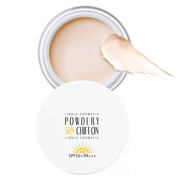SPF Lioele Powdery Sun Chiffon SPF PAПудровая защита от солнца Powdery Sun Chiffon, SPF50+ PA++ от популярного корейского бренда Lioele объединяет в себе функции праймера и солнцезащитного средства.<br><br>Праймер выполняет роль &amp;laquo;грунтовки&amp;raquo; на лице и подготавливает кожу к макияжу, он способен:<br><br><br>уменьшить поры;<br>сгладить мелкие морщинки;<br>придать коже матовость и более ровный тон;<br>защитить от негативного воздействия солнца.<br><br><br>Средство имеет достаточно высокий уровень защиты от негативного влияния солнца (SPF 50), благодаря чему эффективно защищает кожу от ультрафиолета.<br><br>В состав пудры входят ценные для косметического средства компоненты: натуральные масла (ши, авокадо и косточек винограда), а также экстракт манго. Они оказывают бережное воздействие на кожу, не вызывают раздражения и аллергических реакций. Природные компоненты призваны увлажнить и напитать кожу полезными веществами и витаминами, придать ей мягкость и эластичность, а также вернуть ей здоровый и естественный цвет.<br><br>Пудра Lioele идеально подходит для использования в жаркую летнюю погоду, а также для нанесения экспресс-макияжа. Нанеся это средство на лицо, вы получите эффект профессионального макияжа.<br><br>&amp;nbsp;<br><br>Объём: 30 гр.<br><br>&amp;nbsp;<br><br>Способ применения:<br><br>Средство имеет консистенцию густого крема, поэтому наносить его на лицо рекомендуют при помощи специальной палочки. Набрав палочкой небольшое количество пудры, необходимо нанести ее на ладонь, подождать пока она под воздействием температуры тела немного подтает, затем легкими движениями нанести на лицо.<br>