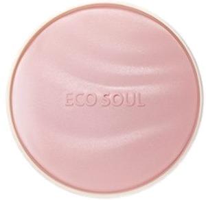 Солнцезащитная увлажняющая пудра-кушон The Saem Eco Soul Essence Cushion Moisture Lasting SPF50+ PA+++Пудра в формате кушон стала косметическим трендом в последние пару лет. И пришел этот тренд из Кореи. Косметические компании Кореи стараются угодить своим поклонникам, и постоянно придумывают различные новшества. Пудра-кушон не может рассыпаться или раскрошиться, она компактна и удобна.<br><br>Кушон от компании The Saem имеет высокий уровень защиты от ультрафиолета ? SPF50+ PA+++. Это делает ее не только отличным декоративным средством, но и косметическим продуктом для защиты кожи. Уровень SPF50+ PA+++ обозначает, что кожа будет защищена от всех видов солнечных лучей.<br><br>В состав пудры линейки Eco Soul входят экстракт дамасской розы, ниацинамид и аденозин. Эти компоненты ухаживают за кожей в течение всего времени, пока пудра находится на коже. Помимо основного декоративного эффекта при регулярном использовании Essence Cushion Moisture Lasting можно заметить такие изменения:<br><br><br>выравнивание тона кожи;<br>улучшение баланса влаги;<br>нормализация функции сальных желез;<br>устранение покраснений;<br>уменьшение возрастных проявлений.<br><br><br>Палитра представлена оттенками:<br><br><br>13 молочный беж;<br>21 светлый беж;<br>23 натуральный беж.<br><br><br>&amp;nbsp;<br><br>Объём: 13 гр.<br><br>&amp;nbsp;<br><br>Способ применения:<br><br>Наносить средство следует на чистую кожу. Распределите пудру при помощи специального спонжа равномерным слоем по всей поверхности лица для создания ровного тона.<br>