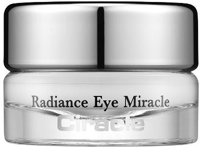Ciracle Radiance Eye MiracleСухая, тусклая и уставшая кожа в области глаз делает взгляд старше, а лицо уставшим. Помочь решить данные проблемы может инновационная линейка антивозрастных средств Radiance от корейского бренда Ciracle. Легкая тающая текстура крема Eye Miracle мгновенно впитывается в глубокие слои кожи и активирует процессы регенерации тканей. Активные компоненты средства усиливают микроциркуляцию крови в клетках, продлевают их жизненный цикл и насыщают активными частицами кислорода. Легкая текстура не оставляет следов липкости, жирности и белесых разводов. Увлажняет и насыщает кожу необходимыми витаминами и микроэлементами. Эффективно заполняет и разглаживает любые виды морщин, деликатно выравнивает и осветляет тон, уменьшает отечность и дарит коже сияющий вид. При регулярном использовании кожа становится более подтянутой и ухоженной, а взгляд открытым и молодым.<br>Экстракт магнолии обладает тонизирующим, увлажняющим и регенерирующим действием. Стимулирует выработку собственного коллагена, улучшает внешнее состояние кожи и осветляет пигментацию.<br>Экстракт ромашки оказывает мощный лечебно – профилактический эффект. Стимулирует заживление ран, трещин, предотвращает образование сухости и шелушения кожи.<br>Комплекс масел ши и манго укрепляет тонкие стенки сосудов, глубоко питает кожу, восполняет дефицит витаминов, усиливает защитные функции и предотвращает ранее старение клеток.Объём: 15 мл.Способ применения:На предварительно очищенную кожу нанесите несколько горошин средства и легкими массирующими движениями распределите до впитывания.<br>
