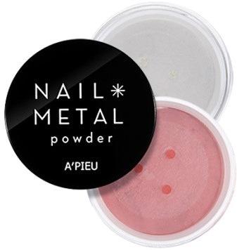 APieu Nail Metal PowderЕсли вы считаете, что ногти с эффектом металлик – это старомодно, а пудра Apieu Nail Metal Powder вам и вовсе не нужна, то прослушайте, пожалуйста, последние новости: 2000-е снова с нами! Только не те грустные годы, которые «верни мне мой две тысячи седьмой» – эмо, черное белое и розовое, длинные косые чёлки и неизбывная печаль в подведённых глазах. А те, которые RnB, Пэрис Хилтон вся в розовом, юная Кристина Агилера с голым животом и косичками – и много-много-много блеска. Все и всё должны сиять – в том числе ваши ногти!<br>Пудра Nail Metal Powder от корейского бренда Apieu с металлическими частицами разного помола поможет быстро создать сияющие полированные ноготки. Производитель рекомендует использовать пудру на ногтях, покрытых гелем. В зависимости от цвета основного покрытия пудра даёт разный подтон.Объём: 2 гр.Способ применения:Покройте ногти гелем и подождите 60 секунд. Нанесите пудру на ногти и вотрите её, используя небольшой спонж (например, для теней). Покройте ногти средством-топом и дайте подсохнуть в течение минуты. Излишки пудры смахните кисточкой.<br>
