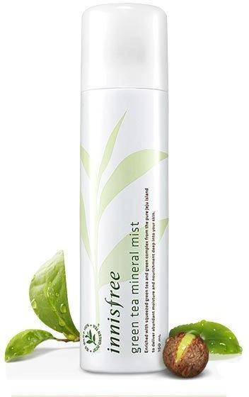 Тонизирующий спрей для лица с экстрактом зеленого чая Innisfree Green Tea Mineral MistМинеральный тонизирующий спрей от Innisfree – это экспресс-средство, которое поможет в любой ситуации быстро освежить и увлажнить кожу. Одно нажатие – и невесомая, ультрамягкая дымка окутывает кожу, насыщая ее влагой и полезными микроэлементами и минералами. Продукт мгновенно впитывается, оставляя приятное ощущение комфорта и свежести надолго.<br><br>Экстракт зеленого чая, бережно выращенного под солнцем острова Чеджудо, тонизирует, продлевает молодость и действует как антиоксидант – сводит на нет все атаки свободных радикалов. Минеральный комплекс оздоравливает эпидермис, дает ему энергию для нормальной жизнедеятельности и естественного омоложения.<br>Green Tea Mineral Mist можно использовать как на «обнаженную» кожу, так и поверх макияжа. Ухаживающий эффект будет тот же, а макияж будет мягко закреплен, как после специального фиксатора.<br>Особенно удобно использовать спрей в теплое время года, а также в помещениях с сухим кондиционируемым воздухом. Поставьте спрей на свой офисный стол и забудьте о шелушениях и ощущении стянутости в течение дня.Объём: 150 мл.Способ применения:Распылить оптимальное количество продукта с расстояния 20-30 см от лица.<br>