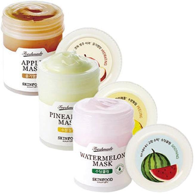 Skinfood Freshmade MaskХочется сочных тропических фруктов, заряда энергии и позитивных эмоций? Воспользуйтесь тающей тонизирующей маской от корейского производителя Skinfood! С ее помощью вы не только взбодритесь и насладитесь сладким натуральным ароматом, но и проведете настоящую СПА-процедуру для кожи.<br><br>В основе маски лежат свежевыжатые соки спелого манго, дыни, гуавы, клюквы, которые действуют комплексно, работая над недостатками на лице. Природные кислоты снимают покраснения, успокаивают раздражения и сужают поры, позволяя личику выглядеть безупречно и свежо весь день. Экстракты морских водорослей и ромашки удерживают влагу в эпидермисе, предотвращая обезвоживание и появление преждевременных морщинок.<br><br>Бактерицидное действие оказывает универсальный компонент алое вера, благотворно влияющий на жирный и проблемный тип кожи. Использовать маску лучше вечером или даже оставлять на ночь, чтобы активные ингредиенты смогли запустить процессы регенерации и синтез коллагена. Ведь когда мы спим, кожа интенсивно обновляется, чтобы на утро радовать нас своей красотой! Важно также, что в составе нет парабенов, сульфатов, минерального масла и талька, способных спровоцировать акне.<br><br>&amp;nbsp;<br><br>Объём: 90 мл.<br><br>&amp;nbsp;<br><br>Способ применения:<br><br>Равномерным слоем нанести маску на лицо, избегая чувствительной области глаз и губ, оставить на ночь. Том умыться теплой водой, удалив остатки продукта, чтобы результат был более выраженным, рекомендуется использовать регулярно, 1-2 раза в неделю.<br>