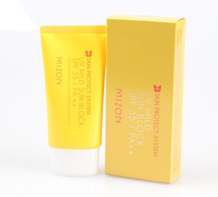 Mizon UV Mild Sun BlockЭффективный солнцезащитный крем от Mizon убережет вашу кожу от солнечных ожогов и опасного воздействия UV- излучения. У крема нежная текстура, он с легкостью наносится, не оставляет ощущения липкости, делает кожу матовой. Он не только защищает, но и бережно ухаживает за кожей. Содержит природные экстракты арники, фиалки, портулака, плюща, малины, полыни, тысячелистника, горечавки. Благодаря их направленному действию, кожа быстро становится значительно мягче. Экстракты снимают покраснения, успокаивают и увлажняют. Кроме того, они способствуют укреплению клеток и их постепенному восстановлению, что препятствует образованию морщин и увяданию кожи. В состав данного крема входит и бета-глюкан, создающий вокруг кожи специальный &amp;laquo;щит&amp;raquo;, способный противостоять вредным факторам окружающей среды, в первую очередь ультрафиолета. Бета-глюкан позволяет влаге дольше оставаться в клетках, способствует синтезу коллагена в тканях, помогает разглаживать даже мимические морщины. С этим кремом кожа всегда будет не только под надежной защитой, но и останется свежей, красивой и здоровой. Его регулярное использование поможет не допустить появления солнечных ожогов и пигментации (фактор SPF35).<br><br>&amp;nbsp;<br><br>Объём: 50 мл<br><br>&amp;nbsp;<br><br>Способ применения:<br><br>Наносить на завершающем этапе создания макияжа за 15 минут до появления на солнце. При продолжительном пребывании на солнце повторять нанесение крема через каждые 4 часа.<br>
