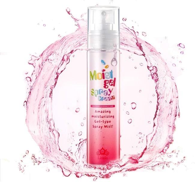 Lioele Moist Gel Spray CreamУвлажняющий крем-гель Moist Gel Spray Cream – это новинка от Lioele, способная перевернуть представление об уходе за кожей лица. Нежнейшая гелевая текстура спрей-крема очень эффективна и проста в применении, она способна заменить целый комплекс средств, предназначенных для ухода за кожей лица. Высокоэффективное средство приводит к легкому отбеливающему эффекту, оно глубоко проникает в кожу, интенсивно увлажняет ее, разглаживает мимические, а так же неглубокие возрастные морщины, делает кожу более эластичной и гладкой.<br>Гель-крем вобрал в своем составе лучшие природные компоненты, экстракты целебных растений и полезные минеральные вещества. Они оказывают бережное воздействие на кожу, глубоко увлажняют и питают ее.<br>Активные компоненты средства:<br>Ниацинамид улучшает внешний вид кожного покрова в целом, влияет на выработку меланина, отбеливая кожу и препятствуя возникновению пигментных пятен и покраснений. Он создает надежный барьер от негативного воздействия многих факторов окружающей среды и предотвращает раннее увядание кожи.<br>Аденозин тонизирует кожу, придает упругость, ускоряет регенерацию клеток.<br>Гиалуроновая кислота предохраняет кожу от пересыхания, гарантирует интенсивное увлажнение на протяжении всего дня. Данный компонент создает своеобразную защиту, препятствующую испарению влаги из глубоких подкожных слоев, позволяя поддерживать ее упругость и эластичность.<br>Керамиды способствуют разглаживанию кожи, они устраняют мелкие морщины, улучшают общий вид кожи.<br>Спрей-гель обладает нежнейшей текстурой, которая моментально впитывается и не оставляет жирных и липких следов. Его можно применять в качестве базы для нанесения макияжа.Объём: 100 млСпособ применения:Средство распыляется с расстояния 20 см на полностью очищенную кожу лица. Чтобы усилить положительный эффект, наносить спрей следует, сочетая с легким массажем. Видимый положительный результат проявляется уже на второй неделе использования, кожа становится невероятно 
